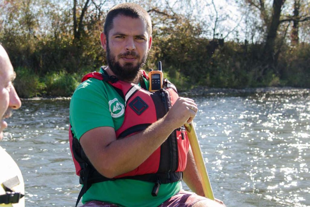 Obsługa-podczas-spływów-pontonowych-wycieczki-szkolne-zielony-ponton