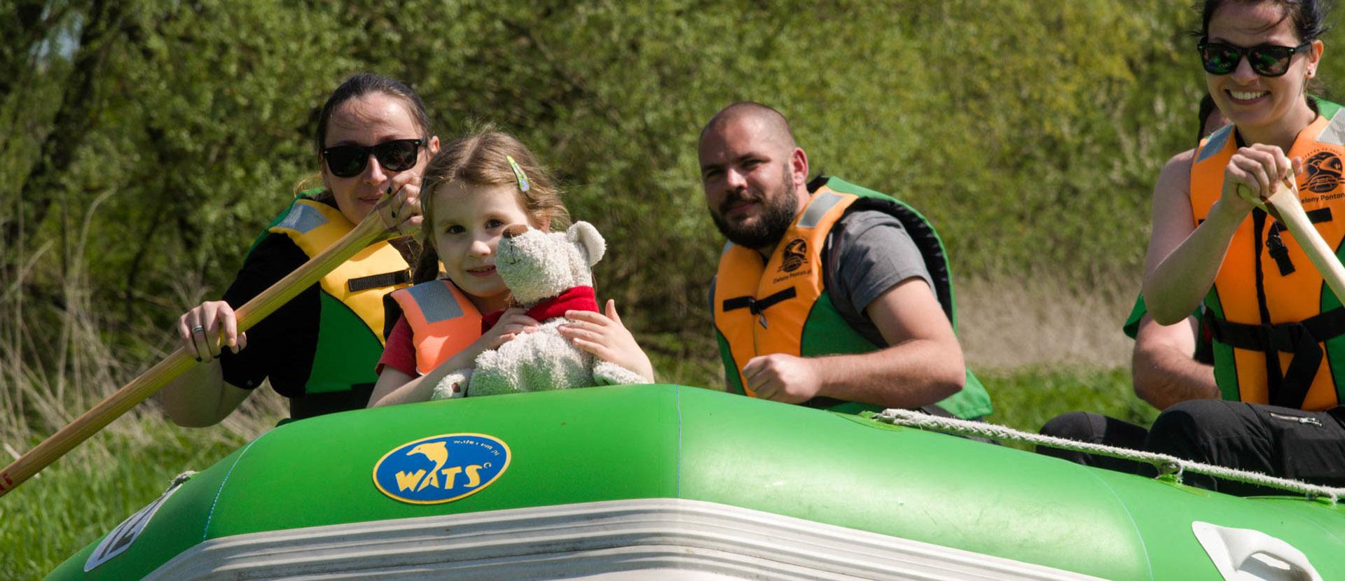 Dziewczynka zabrała misia na spływ Sanem.