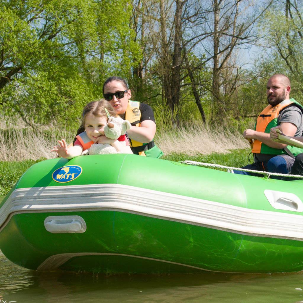 Rodzice i córka podczas spływu pontonowego.