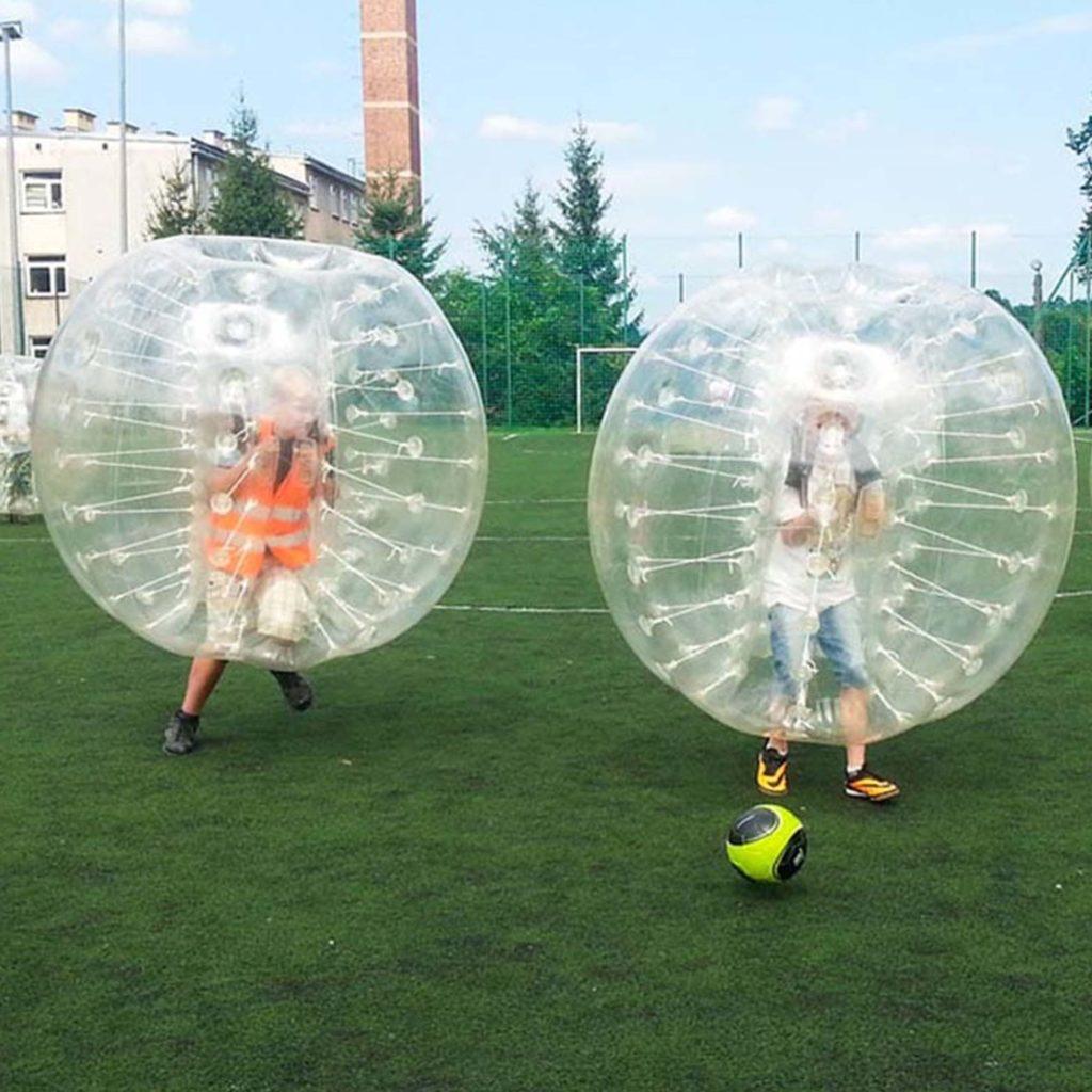 Dzieci grające w BumperBall.