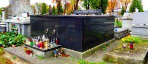 Grobowiec rodziny Beksińskich związanych z Sanokiem.
