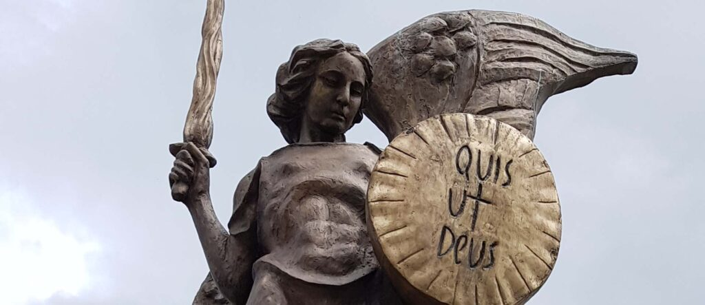 """Atrakcja Sanoka - pomnik Michała Archanioła """"Któż jak Bóg?""""."""