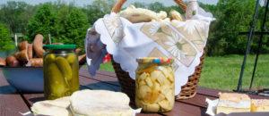 Kiełbasa, podpłomyki i ciasto dla spływających.