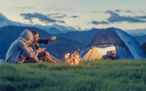 Para zabrała namiot w góry.