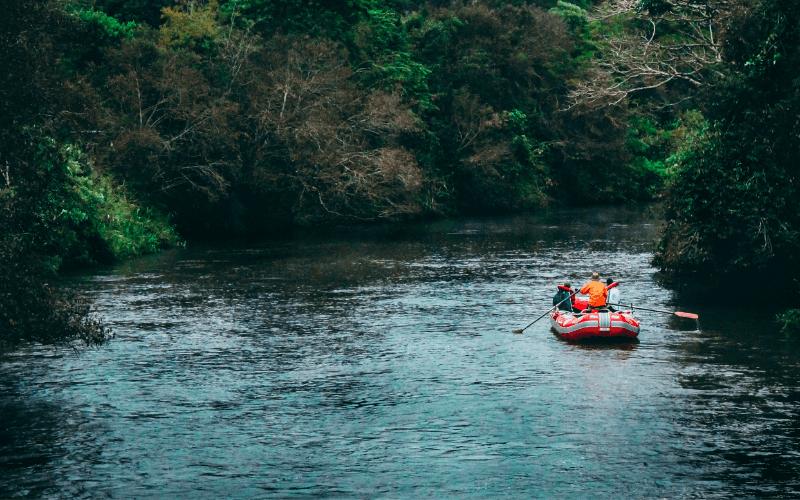 Spływ pontonem rzeką.